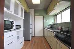 キッチンの様子。白いドアの先は水まわり設備の部屋です。(2013-08-30,共用部,KITCHEN,4F)