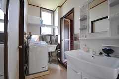 脱衣室には洗濯機と洗面台が設置されています。(2013-08-30,共用部,OTHER,4F)