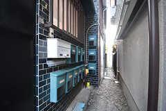 玄関の横にポストが並びます。(2016-10-27,周辺環境,ENTRANCE,1F)