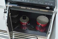鍋類はコンロの下に収納されています。(2016-10-27,共用部,KITCHEN,2F)