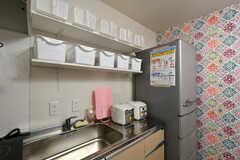 キッチンの様子2。専有部ごとに食材などを置くことができる棚が設置されています。(2020-09-08,共用部,KITCHEN,1F)