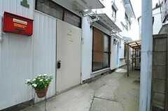 シェアハウスの正面玄関。2Fの専有部は奥の専用の玄関を使います。(2012-10-17,周辺環境,ENTRANCE,1F)