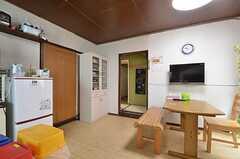 リビングの様子。食器棚脇の引き戸は101号室。正面の廊下の先に102、103号室があります。(2014-08-11,共用部,LIVINGROOM,1F)