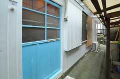 2Fに上がるには、正面玄関の隣にある、水色のもうひとつの玄関ドアから入ります。(2012-10-17,周辺環境,ENTRANCE,1F)