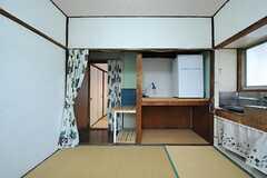 収納の様子。その脇の通路の先に、もう一つスペースがあります。(201号室)(2012-10-17,専有部,ROOM,2F)