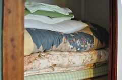 備え付けの寝具一式。(201号室)(2012-10-17,専有部,ROOM,2F)