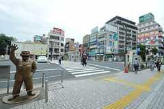 JR常磐線・亀有駅前にはこち亀の両津像があります。(2012-10-17,共用部,ENVIRONMENT,1F)