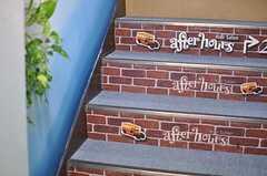 階段にはオーナーさんが運営するサロンのロゴが貼られています。(2012-11-22,共用部,OTHER,1F)