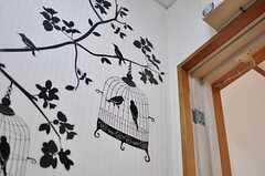 入り口の壁面にはウォールステッカーが貼られています。(2012-11-22,周辺環境,ENTRANCE,3F)
