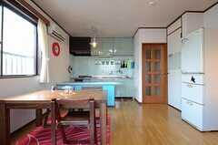 リビングの様子3。右手の扉の先に部屋があります。(2012-11-22,共用部,LIVINGROOM,3F)
