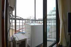 TV脇の掃き出し窓を開けると、ベランダに洗濯機が設置されています。(2012-11-22,共用部,KITCHEN,3F)