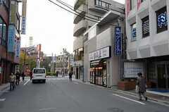 東武伊勢崎線(東京スカイツリーライン)・竹ノ塚駅からシェアハウスへ向かう道の様子。(2012-11-22,共用部,ENVIRONMENT,1F)