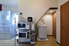 収納棚と洗濯機の様子。右手のドアはトイレとシャワールームです。(2018-02-19,共用部,OTHER,1F)