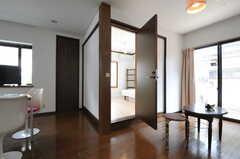 リビングの一角に103号室があります。(2012-05-14,共用部,LIVINGROOM,1F)