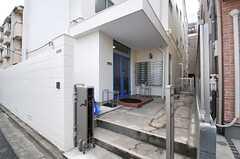 シェアハウスの正面玄関。(2013-10-21,周辺環境,ENTRANCE,1F)