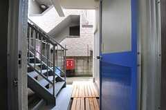 喫煙室は階段の向かいのドアです。(2013-10-21,共用部,OTHER,1F)