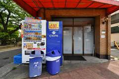 シェアハウスの玄関。自動販売機が2台設置されています。(2018-05-25,周辺環境,ENTRANCE,1F)