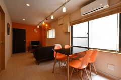 リビングの様子2。ダイニングテーブルとソファが設置されています。(2018-05-25,共用部,LIVINGROOM,1F)