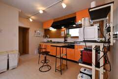 キッチンの様子。カウンターテーブルが設置されています。(2018-05-25,共用部,KITCHEN,1F)
