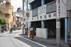 東武伊勢崎線・竹ノ塚駅周辺の様子2。駐輪場がいたる所に設置されています。(2018-05-25,共用部,ENVIRONMENT,1F)