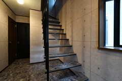 階段の様子。壁と天井から吊られているタイプのデザインです。(2017-05-18,共用部,OTHER,1F)