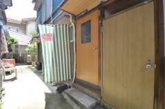 シェアハウスの玄関ドア。(2014-08-19,周辺環境,ENTRANCE,1F)