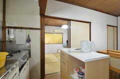 キッチン脇のドアはバスルームにつながっています。(2014-08-19,共用部,OTHER,1F)