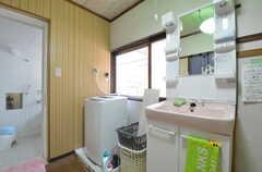脱衣室の様子2。洗面台と洗濯機が設置されています。(2014-08-19,共用部,BATH,1F)