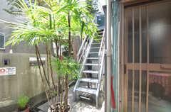 2階の玄関へと続く外階段の様子。(2014-08-19,共用部,OTHER,1F)