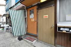 玄関ドアの様子。左手が入居者さん用のドアです。(2019-02-27,周辺環境,ENTRANCE,1F)