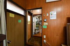玄関を挟んで奥側がダイニングキッチンです。(2019-02-27,共用部,OTHER,1F)