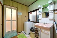 脱衣室の様子。洗濯機と洗面台が設置されています。(2019-02-27,共用部,BATH,1F)