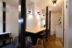 カウンターテーブルの様子。壁の裏手はキッチンです。(2020-03-24,共用部,LIVINGROOM,1F)