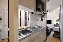 キッチンの様子。両側から出入りできる回遊式です。(2020-03-24,共用部,KITCHEN,1F)