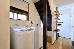 リビングの一角に設置された洗濯機。(2020-03-24,共用部,LAUNDRY,1F)