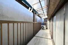 ベランダの様子。屋根付きで洗濯物が干せます。203号室と共用です。(202号室)(2020-03-24,専有部,ROOM,2F)