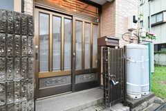 玄関ドアの様子。郵便受けが設置されています。(2021-09-03,周辺環境,ENTRANCE,1F)