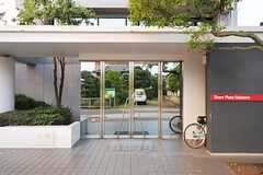 シェアハウスの正面玄関。ドアガラスはマジックミラーになっています。(2012-08-07,周辺環境,ENTRANCE,1F)