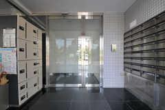 正面玄関のドアを開けると、右手にポスト、左手に宅配ボックスがあります。(2011-08-30,周辺環境,ENTRANCE,1F)