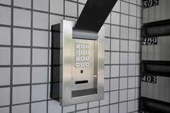 玄関の鍵はナンバー式のオートロックです。(2011-08-30,周辺環境,ENTRANCE,1F)