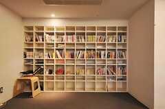 本棚は入居者さんが持ち寄った本でいっぱい。(2012-08-07,共用部,LIVINGROOM,1F)