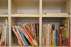 専門書、旅行ガイド、語学と種類も豊富です。(2012-08-07,共用部,LIVINGROOM,1F)
