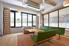 特徴的なソファ。木製のブラインドで光量を調整出来ます。(2016-05-19,共用部,LIVINGROOM,1F)