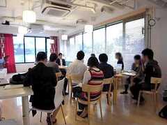 シェアハウスを研究する大学院生を招いて行われた見学会の様子。(2009-05-30,共用部,PARTY,1F)