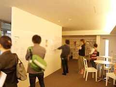 シェアハウスを研究する大学院生を招いて行われた見学会の様子2。(2009-05-30,共用部,PARTY,1F)