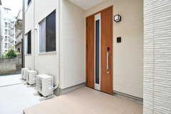 玄関ドアの様子。(2017-07-03,周辺環境,ENTRANCE,1F)