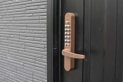 玄関の鍵はナンバー式。(2016-06-30,周辺環境,ENTRANCE,1F)
