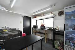 リビングの様子2。キッチンも併設されています。(2016-06-30,共用部,LIVINGROOM,4F)