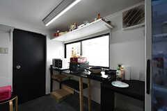 キッチンの様子。上部の棚には調味料などを置いておけます。(2016-06-30,共用部,KITCHEN,4F)