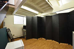 ドミトリーの様子2。専有スペースはついたてで仕切られています。(101号室)(2016-06-30,専有部,ROOM,1F)